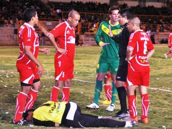 NO DA MARCHA ATRÁS. Jorge Bolívar yace en el suelo ante un aparente golpe de un jugador ancashino. El meta visitante quería que el reloj haga su trabajo. (Foto: Miguel Guimaray)