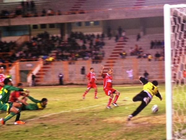 NO HAY. Juan  Carrillo se pierde una gran posibilidad de estirar la diferencia en el marcador. El 'Drogba de los Andes' tuvo un flojo rendimiento. (Foto: Miguel Guimaray)