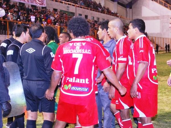 EL TOLE-TOLE. Un grupo de jugadores de Acosvinchos le increpa algo a Juan Carrillo, quien no logra levantar su juego. (Foto: Miguel Guimaray)