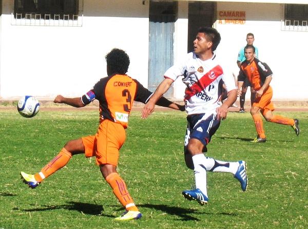 NO SE COMPLICA. Rodríguez se presta a despejar un balón tras sortear la presencia de Posito. (Foto: José Salcedo / DeChalaca.com)