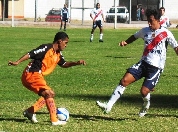 PASO EN FALSO. Nima logra eludir a Garcete con una finta y se presta a iniciar la salida del Minero. (Foto: José Salcedo / DeChalaca.com)