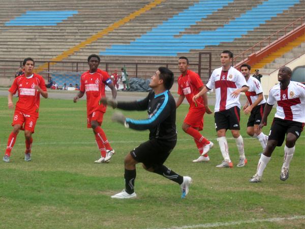 AY GALLEGOS. Giordano Gallegos falla en la salida y el tiro libre de Giuseppi Ramos se introduce en el arco de Bolognesi. Era el 1-1. (Foto: José Salcedo / DeChalaca.com)