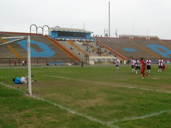 PONIENDO SU SELLO. Smith anota de penal y Bolognesi se ponía nuevamebte arriba en el marcador. (Foto: José Salcedo / DeChalaca.com)