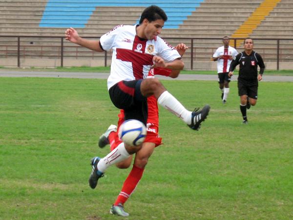 NO ME FALLES. Efraín Salas 'pifea' el esférico e Iván Santillán casi anota a favor de Bolognesi, que seguía dominando el encuentro. (Foto: José Salcedo / DeChalaca.com)