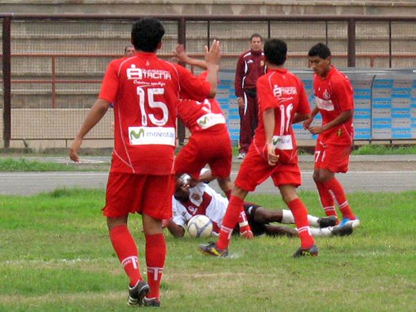 NO PASA MÁS. Carlos Mogollón sufre la marca de Bolognesi que defendía la ventaja. (Foto: José Salcedo / DeChalaca.com)