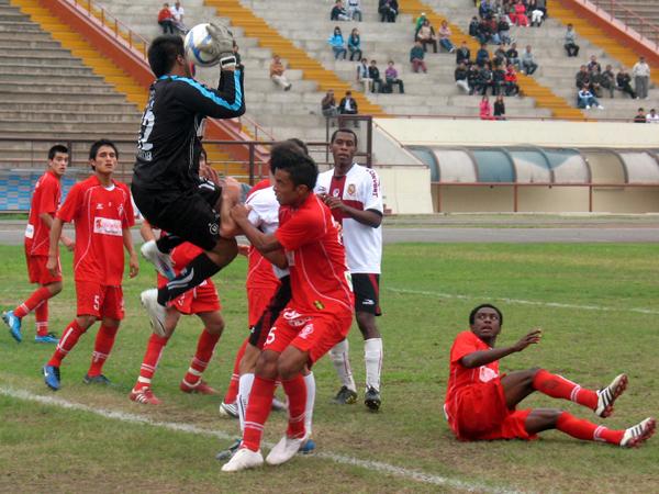 PARA ÉL TAMBIÉN. Giordano Gallegos sale y coge el balón ante un nuevo peligro de la ofensiva de San Marcos. (Foto: José Salcedo / DeChalaca.com)