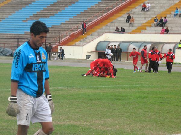 UNA VEZ MÁS. Smith anota el 4-1 y desata la euforia total en sus compañeros. Alexis Mora se lamenta. (Foto: José Salcedo / DeChalaca.com)