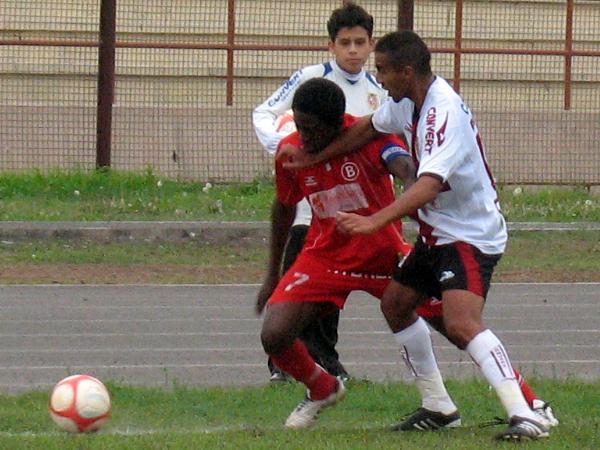 PROVOCANDO DE TODO. Smith se muestra imparable en ataque y va de nuevo. Juan Carlos Colchado ya está marcando y le comete una fuerte infracción. (Foto: José Salcedo / DeChalaca.com)