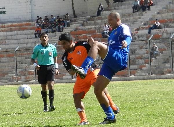 Pedro Sanguinetti lucha por la tenencia del balón en la imagen. Unicachi, como en la fase regular, ya le había ganado a Minero en Matucana (Foto: Abelardo Delgado / DeChalaca.com)