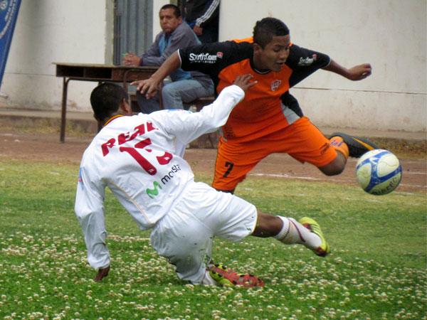PELIGRO TOTAL. Alberto Arias logra pasar a Juan Clavijo y está 'presto' para el ataque. (Foto: José Salcedo / DeChalaca.com)