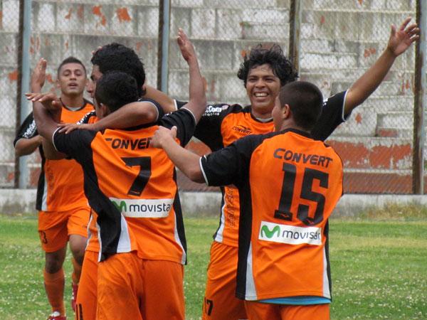A CELEBRAR. Alberto Arias anotó un gran gol y es felicitado por sus compañeros. Minero se adelantaba en el marcador. (Foto: José Salcedo / DeChalaca.com)