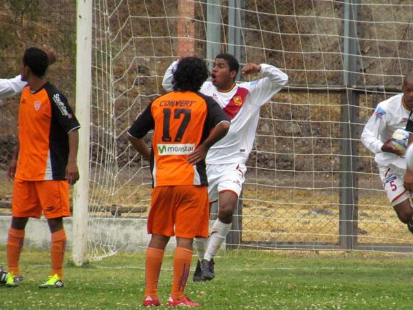 EMPAREJANDO TODO. Torino armó un rápido ataque y anotaba el empate. Todo comenzaba de nuevo. (Foto: José Salcedo / DeChalaca.com)