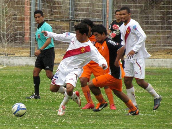 LUCHANDO TODAS. Junior Leonardo presiona en el mediocampo para buscar el contragolpe a favor de Minero. (Foto: José Salcedo / DeChalaca.com)