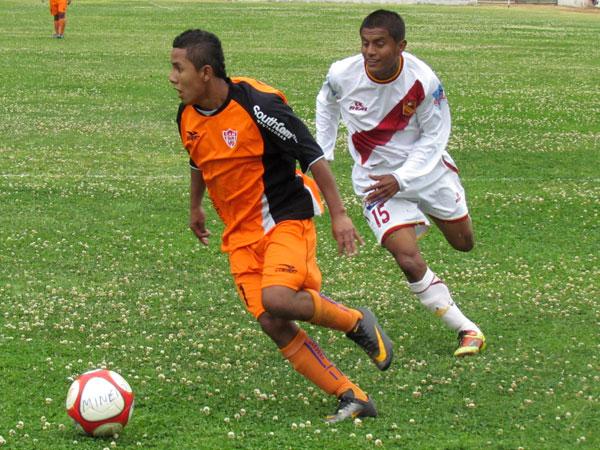 BUSCABA MÁS. Alberto Arias volvía a causar problemas a la defensa de Torino y casi anota el segundo a favor de Minero. (Foto: José Salcedo / DeChalaca.com)