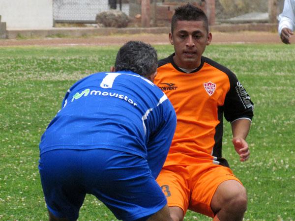MUCHO OJO. Jesús Porras llega tarde al balón, el cual ya está en manos de Esteban Mendoza. Minero llegaba. (Foto: José Salcedo / DeChalaca.com)