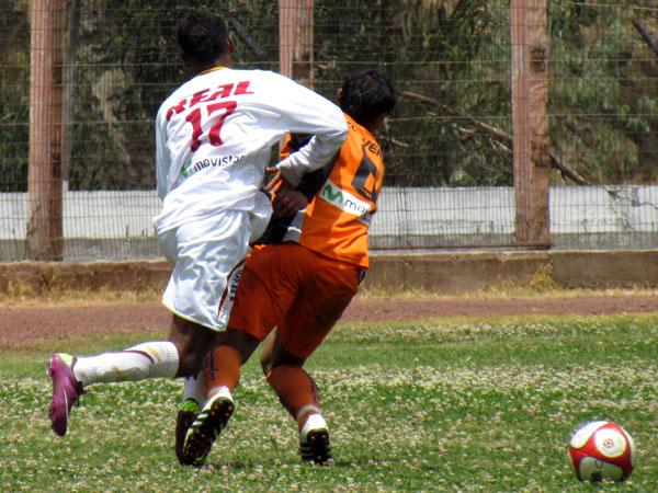 CON EMPUJE. El encuentro era muy peleado por ambos elencos. Ninguna pelota se daba por perdida. (Foto: José Salcedo / DeChalaca.com)