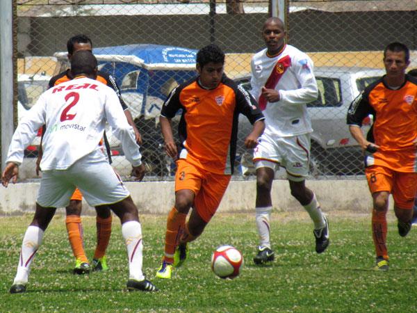 BUSCANDO LA INCLINADA. Roberto Rodríguez acelera el paso en su salida. Minero salía desde abajo para armar jugadas de gol.  (Foto: José Salcedo / DeChalaca.com)