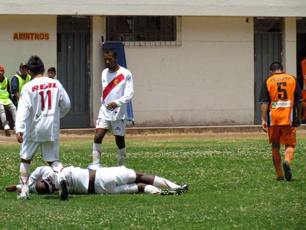 PARA SER MÁS PAREJOS. William Tafur comete falta sobre Manuel Marengo y se gana su segunda amarilla, siendo expulsado del encuentro. (Foto: José Salcedo / DeChalaca.com)