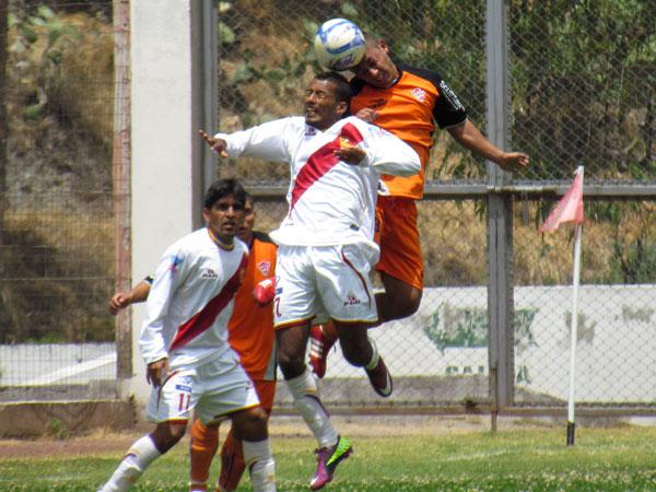 CON TODO. Luis Calle y Jesús Porras luchan en lo alto por el balón. El encuentro seguía igualado. (Foto: José Salcedo / DeChalaca.com)