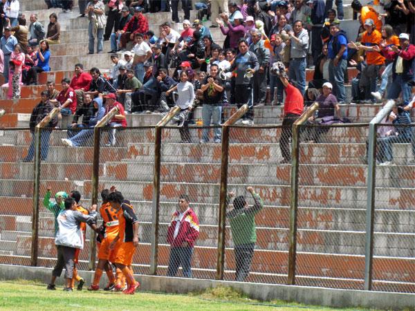 Y SE LE HIZO. Junior Leonardo logra anotar el gol del triunfo en los minutos extras. La celebración con el público fue muy efusiva. (Foto: José Salcedo / DeChalaca.com)