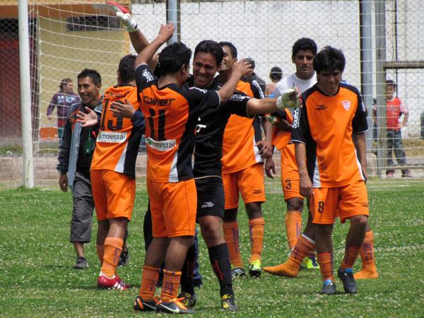 GOZO NARANJA. Los jugadores de Minero se abrazan tras el agónico triunfo conseguido ante un siempre complicado Torino. (Foto: José Salcedo / DeChalaca.com)