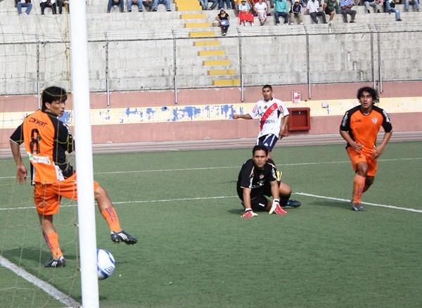 EL PRIMERO DE TANTOS. Renzo Guevara anota el primer gol del partido con un fortísimo remate con derecha. (Foto: Diario de Chimbote)