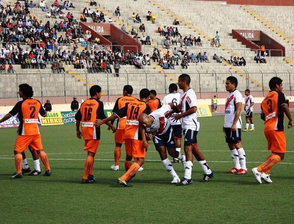 AVISO PÚBLICO. Gálvez seguía acorralando a su rival, todo hacía indicar que llegaría el segundo. (Foto: Diario de Chimbote)