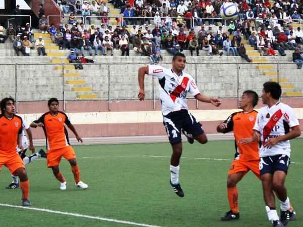 TAMBIÉN LOS HACE. Moisés Cabada anota de cabeza el tercero para Gálvez. El defensor también sabe hacer goles. (Foto: Diario de Chimbote)
