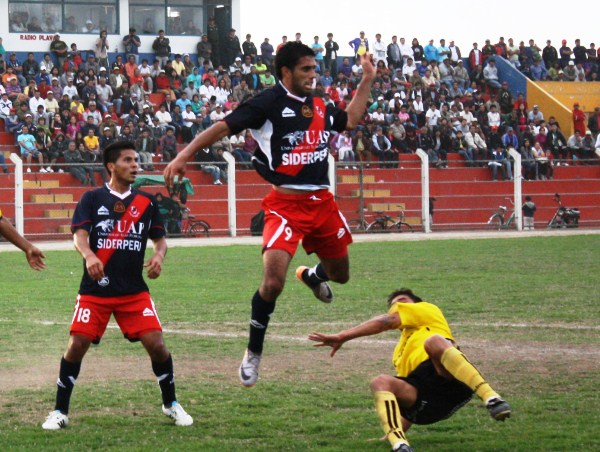 COMO SEA. Coopsol se fue con todo al ataque en los minutos de descuento, pero Gálvez defendió con el cuchillo entre los dientes el punto que sacaba en Chancay. (Foto: Radio Líder de Chancay)