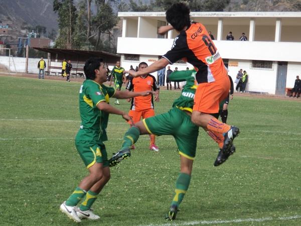 COMO EN SU CASA. Bustinza se sumó constantemente al ataque. En la imagen se presta a controlar un balón. (Foto: Aldo Ramírez / DeChalaca.com)