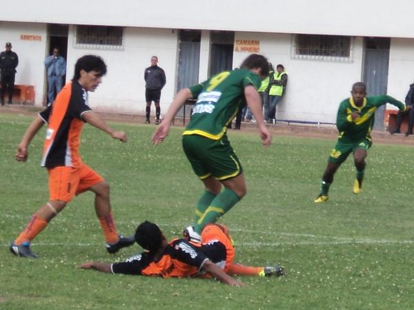 LOS DEJÓ CHIQUITOS. Lenci fue imparable y anotó dos goles en la goleada de su equipo. (Foto: Aldo Ramírez / DeChalaca.com)