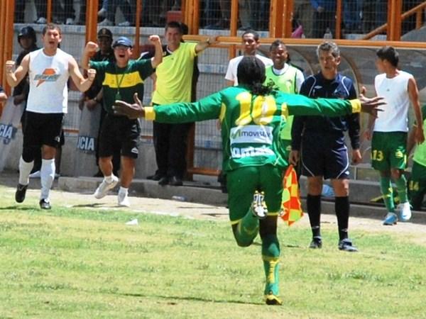 GOL DE VESTUARIO. Sobre el final del primer tiempo, Juan Carrillo se paró frente al balón en un tiro libro, y su disparo terminó colándose en el arco de Coopsol. Era el empate para los locales. (Foto: Miguel Guimaray)