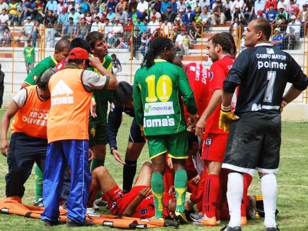 CAÍDO EN LA BATALLA. Tal era la adrenalina, que un jugador del Coopsol cayó al suelo fuertemente, pero los jugadores de Áncash no creían en el dolor rival. (Foto: Miguel Guimaray)