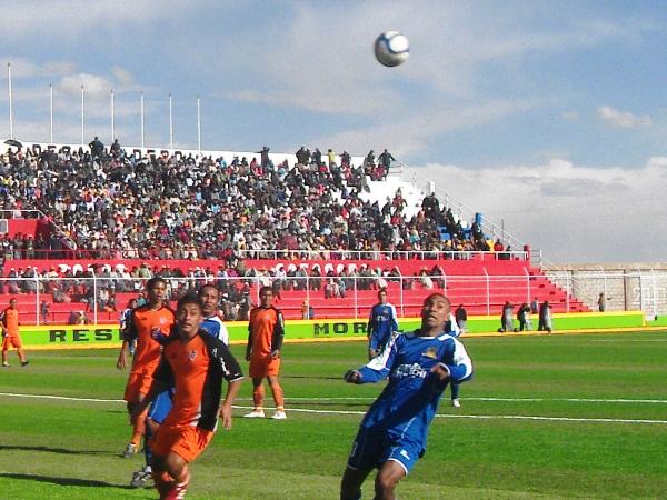 TE AVISO. Julio Alegre llevaba peligro al área rival y ya anticipaba lo que se vendría luego: el gol de Robert Ardiles. (Foto: Diario Los Andes de Puno)