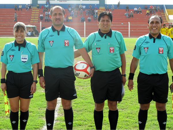 TAMBIÉN POSARON. La terna arbitral del encuentro encabezada por Jesús Vásquez.  (Foto: Radio Líder de Chancay)