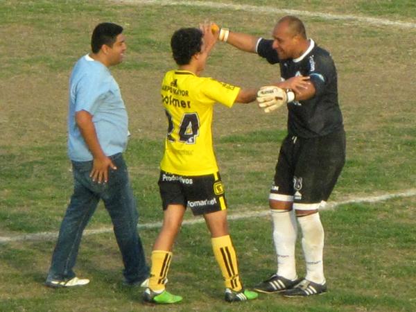 FELICIDAD COMPARTIDA. Jaime Muro y Luis Enrique Espinoza a punto de abrazarse para celebrar el triunfo de Coopsol. (Foto: Radio Líder de Chancay)