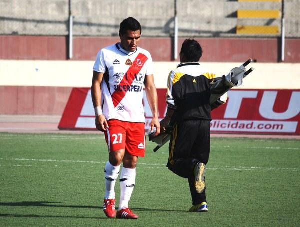ENTRA Y SALE. Ricardo Ronceros, anotador del primer gol de Gálvez, sería expulsado por doble amarilla a los 43'. (Foto: Diario de Chimbote)