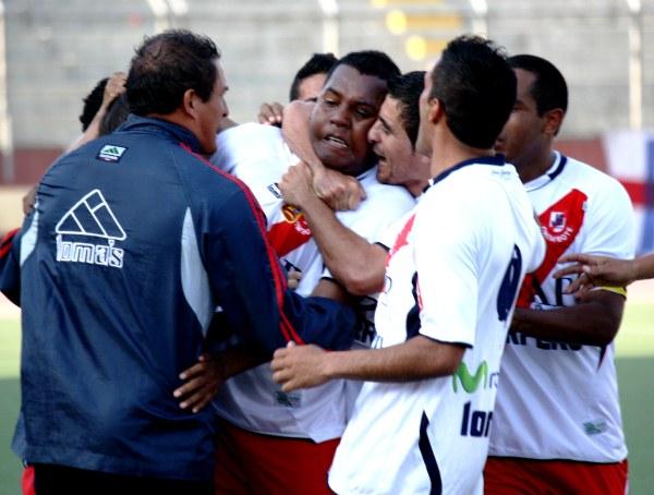 Y COMO LO HACE. Luis Cordero se erigió como la figura del partido por sus dos goles que sellaron el triunfo a favor de Gálvez, cuando Unicachi pasaba por su mejor momento en el partido. (Foto: Diario de Chimbote)
