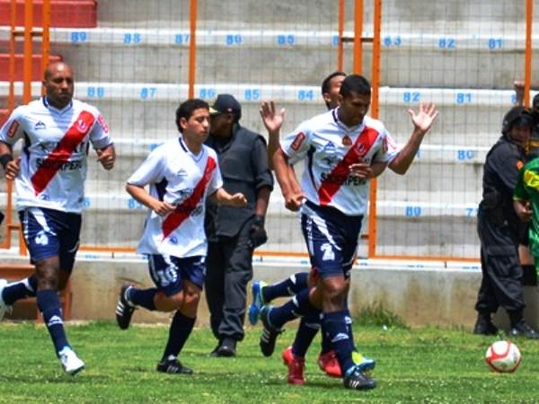SOLO LE PIDO A DIOS. Algunos jugadores de Gálvez se encomendoron al de arriba para salir con un buen resultado de Huaraz. (Foto: Miguel Guimaray)