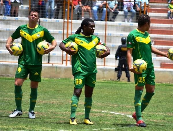 LLENARON DE BALONES. Fabricio Lenci y Juan Carrillo no tendrían su mejor tarde con la camiseta de la 'Amenaza Verde'. (Foto: Miguel Guimaray)