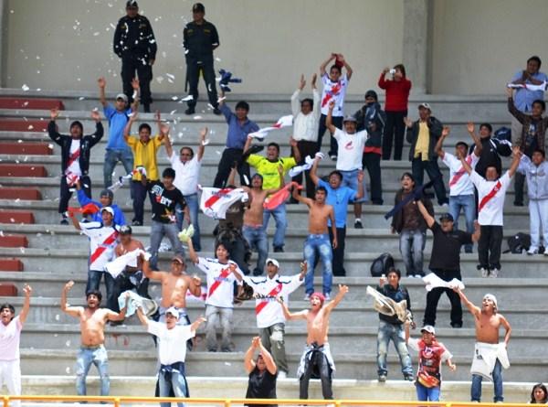 NO ABANDONA. La hinchada de Gálvez se hizo presente en el Rosas Pampa. Alentaron todo el partido a su equipo. (Foto: Miguel Guimaray)