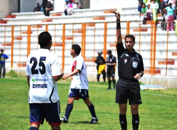 TE ADVIERTO. José Tamáriz recibía la primera tarjeta del compromiso a los 24'. (Foto: Miguel Guimaray)