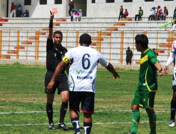 TE VAS DE SEGUNDA. Luis Mayme fue expulsado a un minuto de que el primer tiempo culmine. El capitán dejó con diez a su equipo. (Foto: Miguel Guimaray)