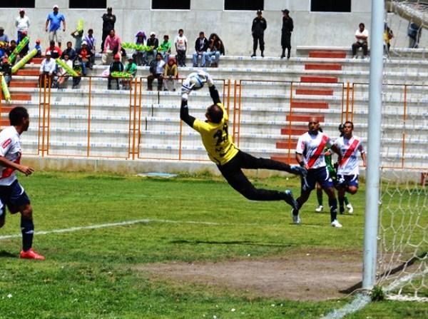 COSA DE LOCOS. Héctor Hernández se luce en esta imagen descolgando un balón que caía con peligro en su área. (Foto: Miguel Guimaray)