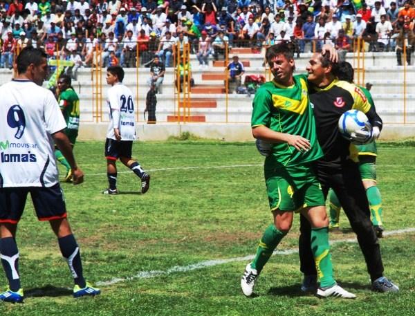 TODA TUYA. Fabricio Lenci parece rendido, pues el gol no se le iba a dar en la tarde huaracina. (Foto: Miguel Guimaray)