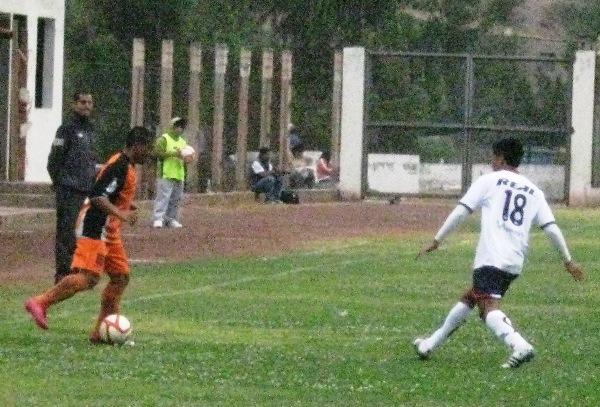 SIN SORPRESA. Luis Vílchez cumplió un flojo partido debido a que careció seguridad a la hora de manejar la pelota. (Foto: Abelardo Delgado / DeChalaca.com)