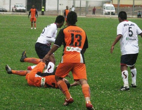 SE LA QUITAN. Arias cae al piso tras disputar un balón dividido ante Silva. (Foto: Abelardo Delgado / DeChalaca.com)
