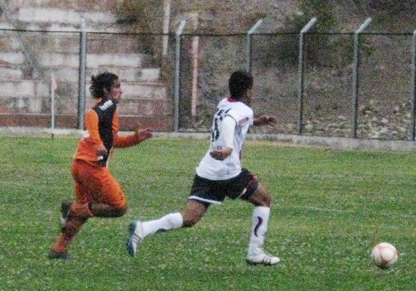 ESCAPE AL GOL. Miguel Silva le gana en velocidad a su marcador y se presta a penetrar el área de Minero. (Foto: Abelardo Delgado / DeChalaca.com)
