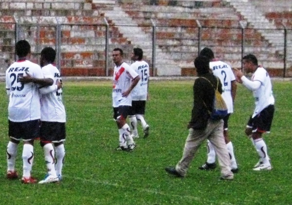 FESTEJARON COMO SE DEBE. Tras el pitazo final, los jugadores chimbotanos se enfrascaron en un festejo desenfrenado por su vuelta a primera.(Foto: Abelardo Delgado / DeChalaca.com)