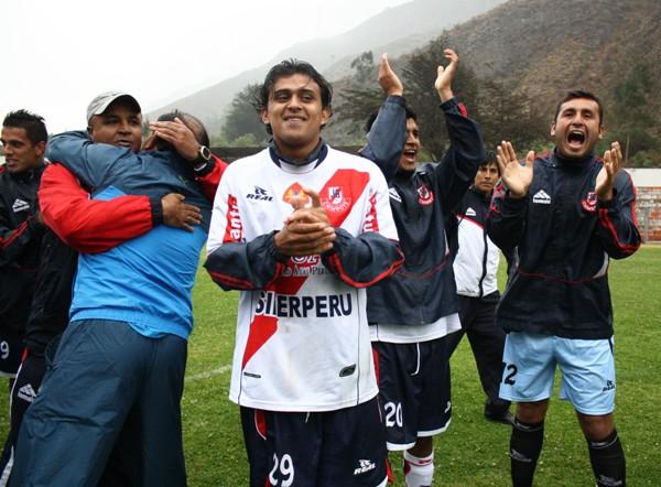 PALMAS PARA TODOS. Los jugadores del Gálvez no escatimaron energías para festejar su campeonato. (Foto: Diario de Chimbote )